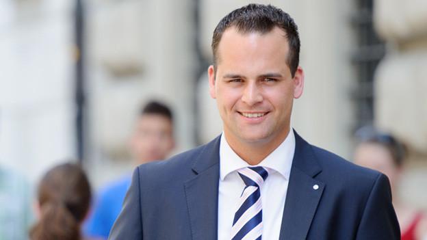 Der Luzerner FDP-Politiker Damian Müller mit Anzug und Krawatte.