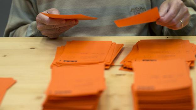 Viele Stimmen ungültig: Auszählung der Wahlzettel im Kanton Zug.