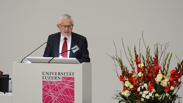 Alt Bundesrat Kaspar Villiger an der Uni Luzern.