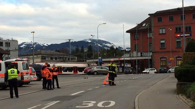 Die Polizei sperrt den Bahnhof Arth-Goldau ab.