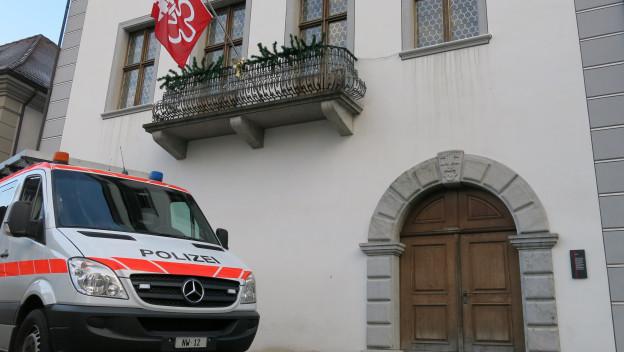 Ein Polizeiauto vor dem Stanser Rathaus.