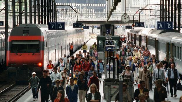 Pendler steigen im Bahnhof Luzern aus.