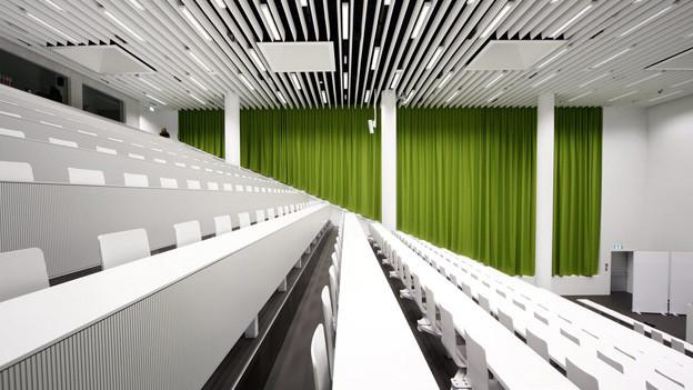 Leerer Hörsaal an der Universität Luzern