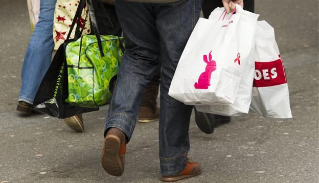 Menschen beim Einkaufen.