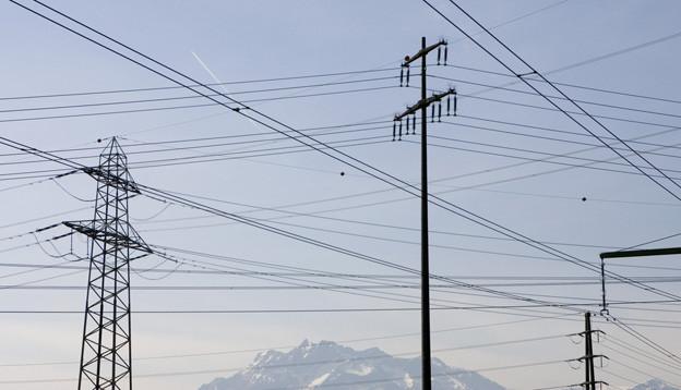 Stromleitungen vor Pilatus.