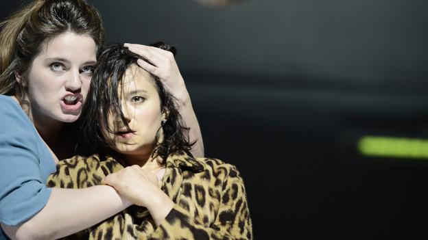 Intensives Spiel: Antigone (Juliane Lang, links) und ihre Schwester Ismene (Dagmar Bock).