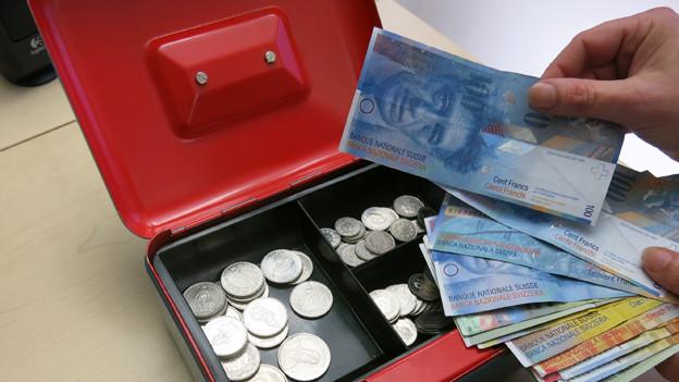 Im Im Kanton Schwyz müssen künftig alle mehr Steuern zahlen