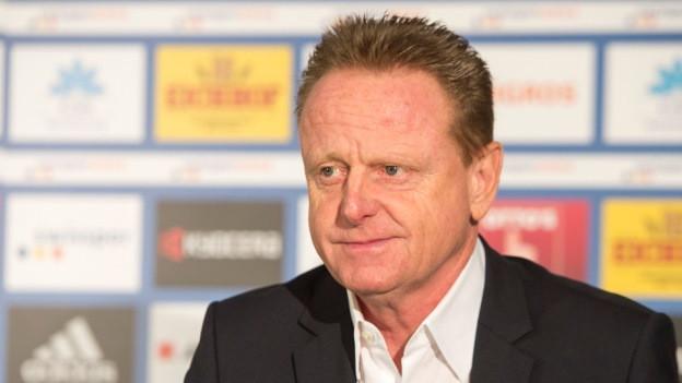 Rolf Fringer an einer Medienkonferenz.