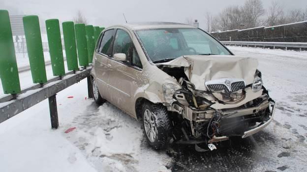 Unfallauto auf der Autostrasse in Obwalden.