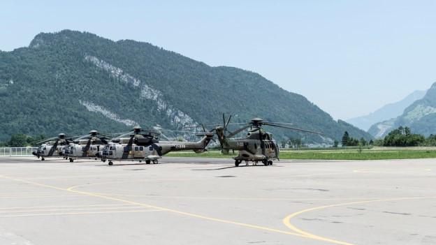 Helikopter auf einem Militärflugplatz.