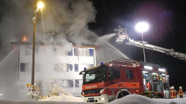 Feuerwehreinsatz bei einem Brand im Winter.