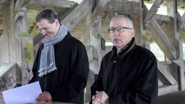 Regierungspräsident Reto Wyss (links) und Kantonsratspräsident Franz Wüest auf der alten Brücke in Rothenburg.