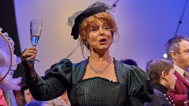Hilda Joos als Baronin in «La Vie Parisienne» des Stadttheater Sursee.