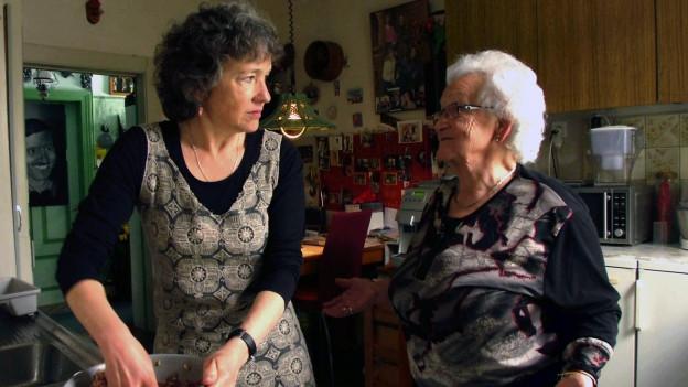 Zwei Frauen in einer Küche.