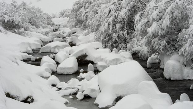 Die schneebedeckte Reuss zwischen Realp und Andermatt am Samstag, 17. Januar 2015.