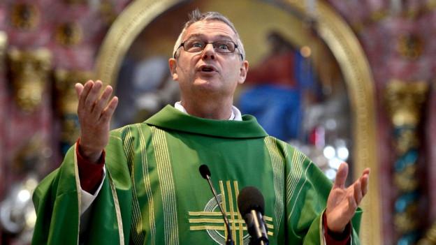 Pfarrer Wendelin Bucheli spricht nach der Messe zu den Medien und zum Kirchenvolk.