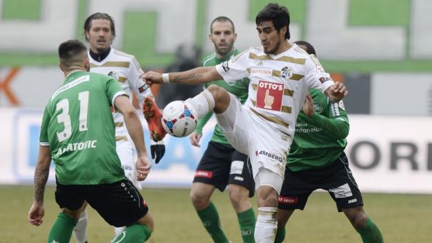 Spieler des FC Luzern kämpfen um Ballbesitz.