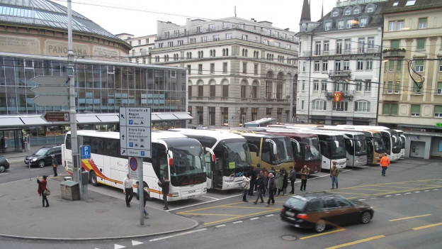 Cars am Löwenplatz in Luzern.