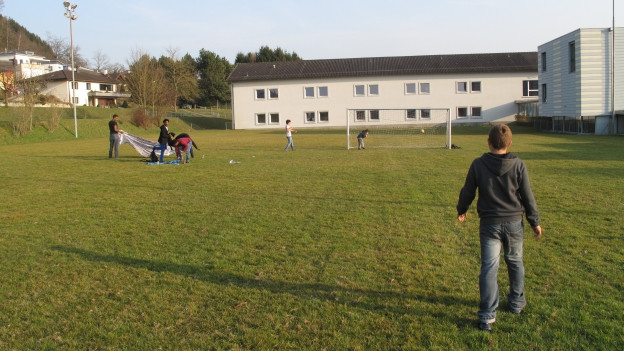 Morgen spielen sie wieder - heute picknicken sie nur: Die Asylsuchenden auf dem Fussballplatz der Schule Dagmersellen