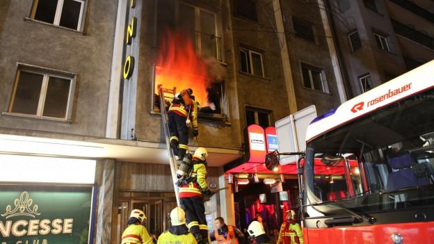 140 Personen waren am frühen Samstagmorgen beim Brand am Hallwilerweg in Luzern im Einsatz