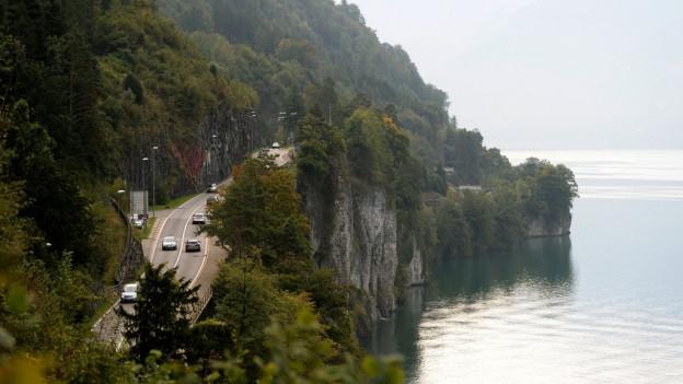 Die Schwyzer Regierung will am Axen eine neue Strasse bauen.