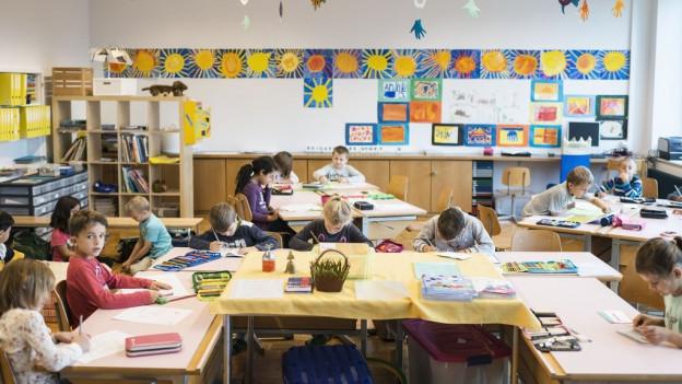 In Zuger Klassenzimmern sitzen neu bis zu 24 Schulkinder.