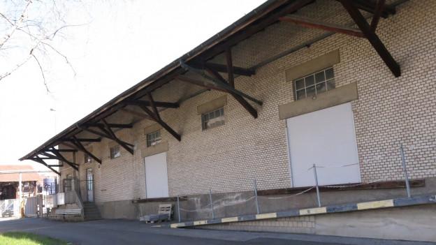 Ein langes Industriegebäude.