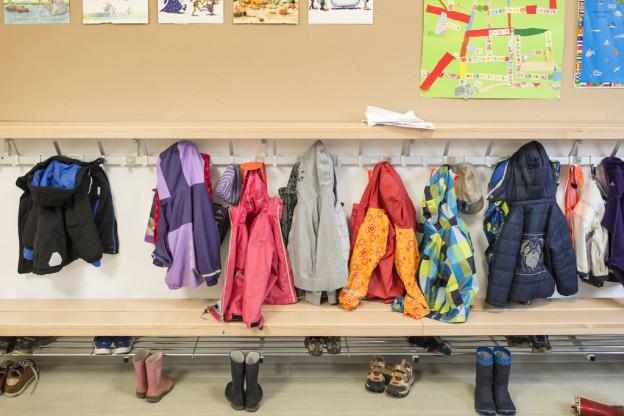 Garderobe vor einem Kindergarten.