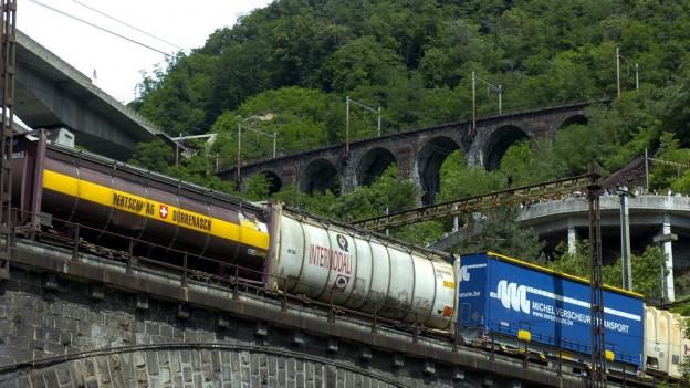 Vier Meter hohe Lastwagen können schon jetzt auf die Schiene verlegt werden
