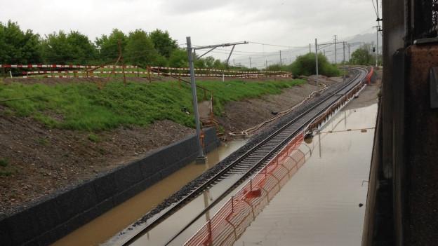 Die SBB-Geleise bei Rotkreuz stehen unter Wasser.