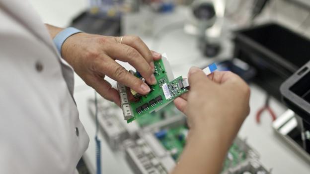 Stromzählerproduktion in einer Fabrikhalle.