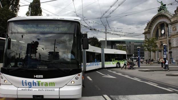 Busse vor dem Bahnhof Luzern.