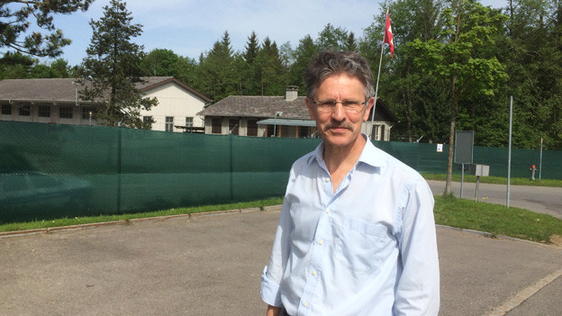 Tony Mehr vor dem Asylzentrum Gubel in Menzingen.