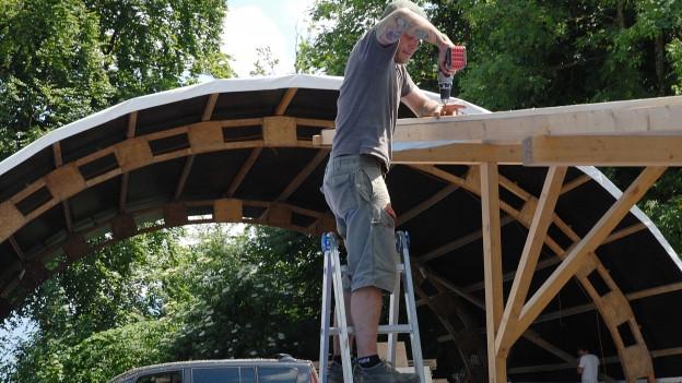 Arbeiter beim Aufbau der Festivalbühne.