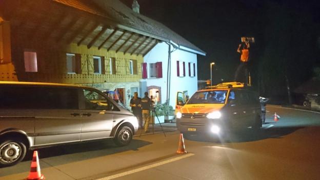 Polizeifahrzeuge sichern einen Tatort ab.