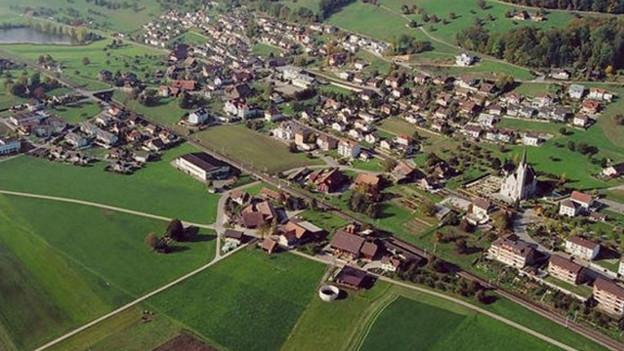 Die Gemeinde Egolzwil aus der Luft fotografiert.