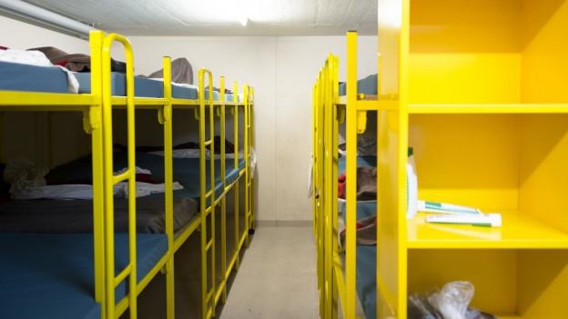 Ungeordnete Betten in der Asylunterkunft Eichhof.