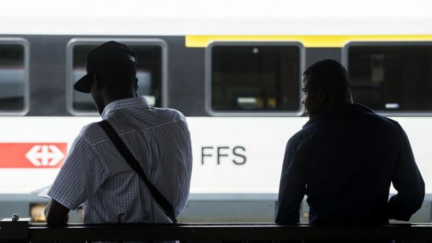 Mit dem Zug Richtung Norden - Migranten am Bahnhof in Chiasso.