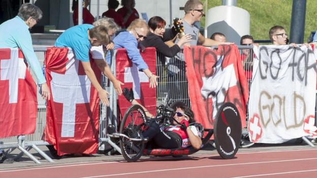 Die Bronzemedaillengewinenrin Sandra Graf wird von Zuschauern angefeuert