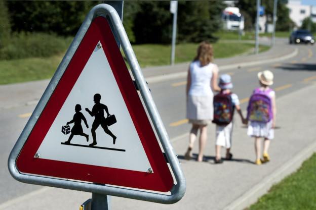 Die Kinder sollen den Schulweg selber laufen.