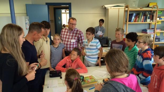 Klassenlehrer Philipp Muchenberger erklärt der 6. Klasse eine Gruppenarbeit
