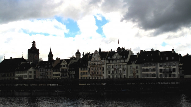 Dunkle Wolken über Luzern. Stadt spart jährlich 14 Millionen Franken.