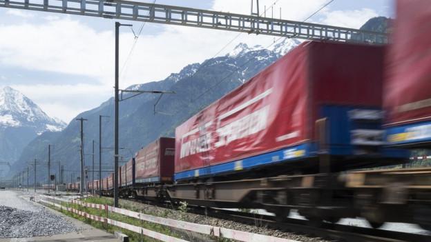 Güterzug auf Gotthardstrecke.