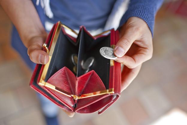 Weniger Geld im Portemonnaie wegen Sozialhilfe-Kürzung.