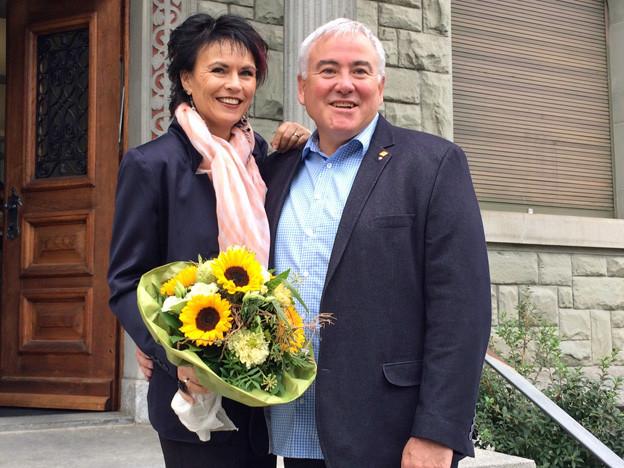 Franco Faé mit seiner Frau vor dem Gemeindehaus.