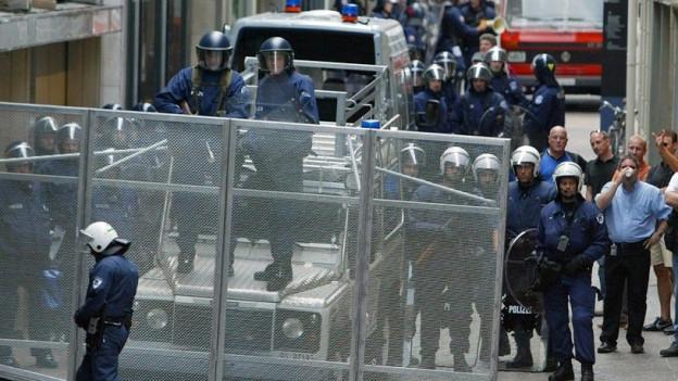 Polizeieinsatz in der Stadt Luzern mit Kastenwagen.