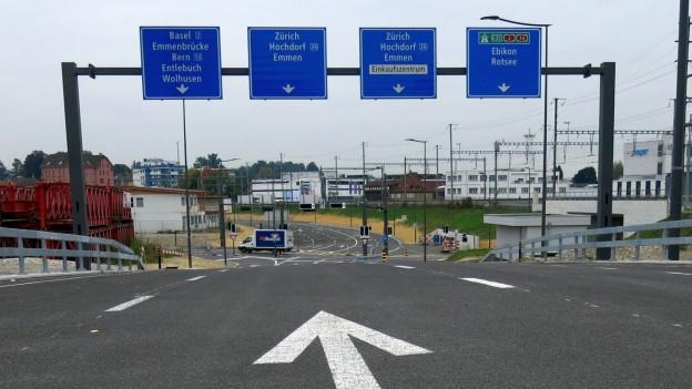 Neue Strasse mit Schildern.