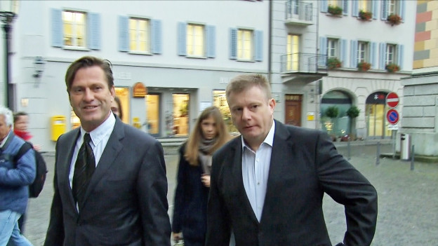 Ignaz Walker (rechts) mit seinem Verteidiger Linus Jäggi am Montagmorgen auf dem Weg ins Altdorfer Ratshaus.