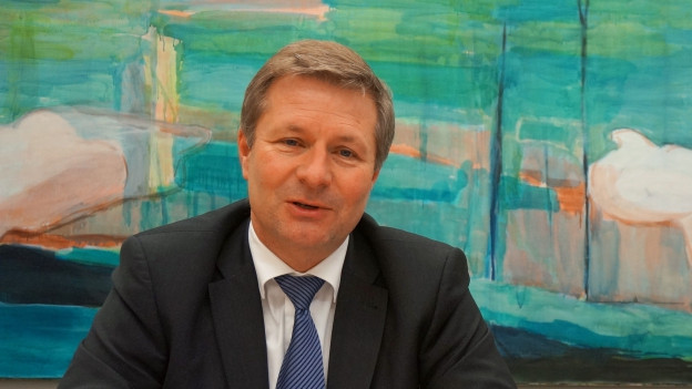 Der Luzerner Finanzdirektor Marcel Schwerzmann präsentiert das Budget.