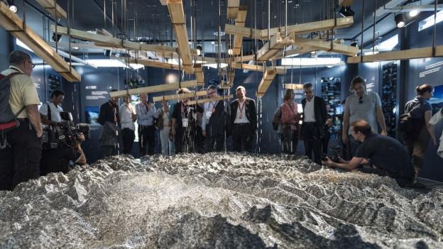 Ein 21 Tonnen schwerer Monolitstein aus dem Gotthardmassiv.